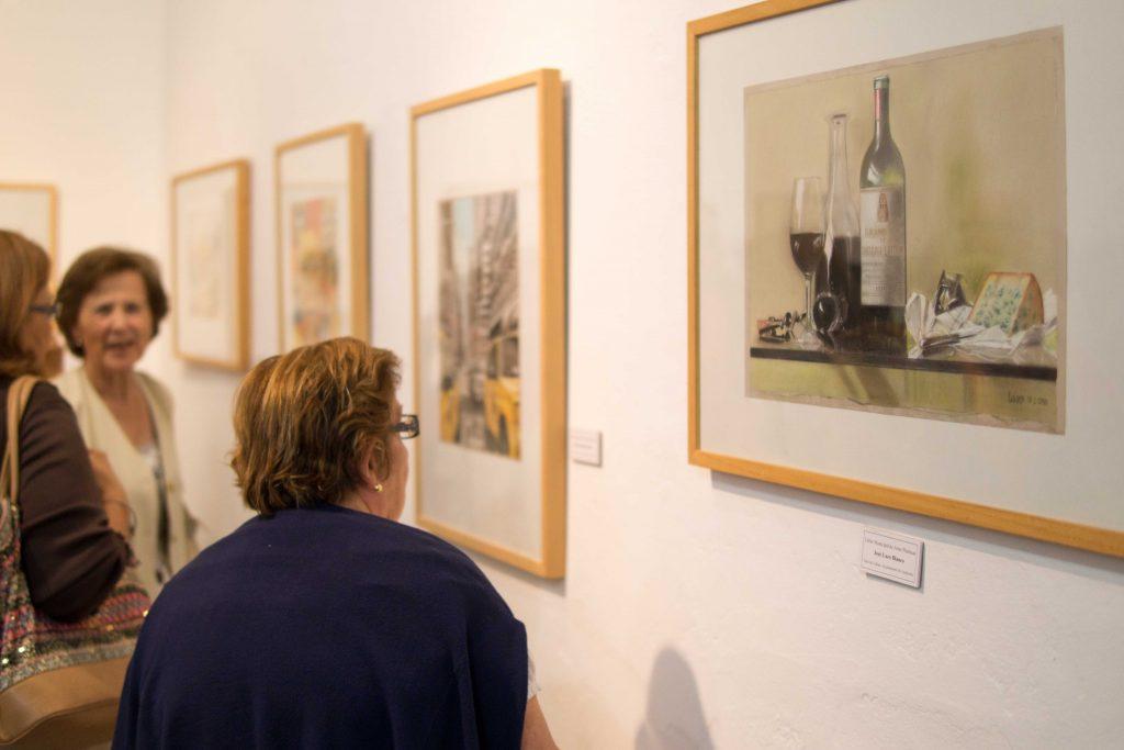 Visitantes observan las obras expuestas