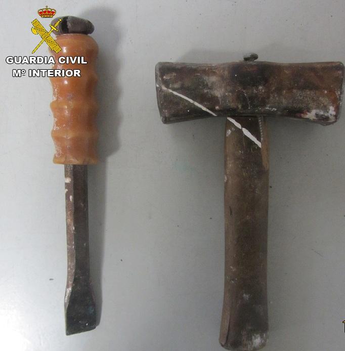 Cincel y martillo usados supuestamente por el detenido para causar daños al parquímetro
