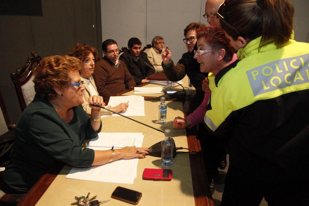 Una afectada se dirige a la alcaldesa en un pleno