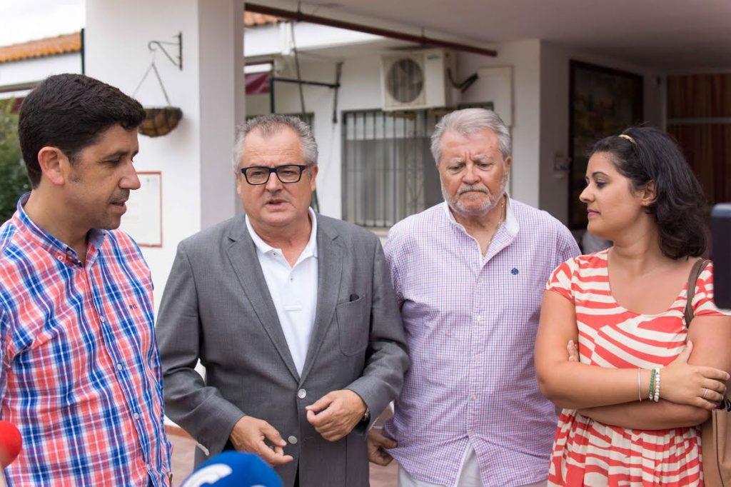 Rafael López Fernández, delegado de Salud, Igualdad y Políticas sociales de la Junta de Andalucía en Huelva, acompañado por el alcalde de Ayamonte, Alberto Fernández.