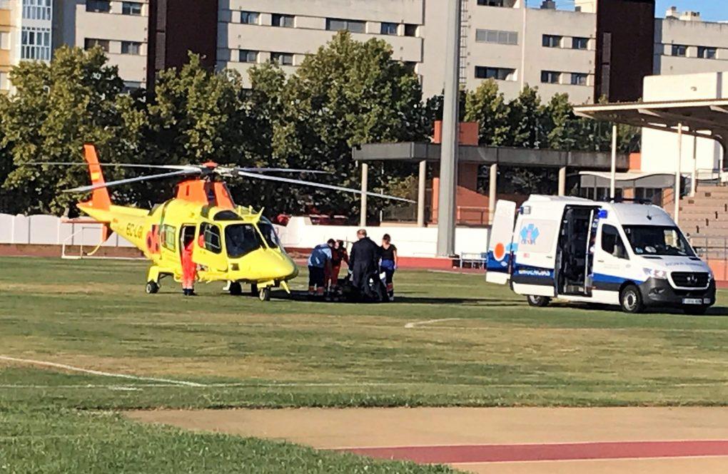 Evacuado en helicóptero un trabajador herido grave en un barco en Isla Cristina